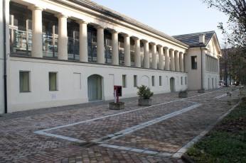 Biblioteca civica di Cascina Marchesa in corso Vercelli (750 metri)